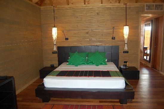 Vilamendhoo Island Resort & Spa: water bungalow bedroom