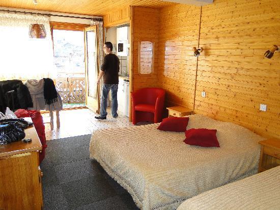 Hôtel Les Côtes, Résidence Loisirs et Chalets : notre chambre avec le soleil donnant sur la terrasse