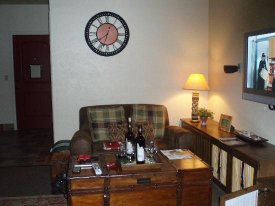 Inn at Desert Wind Winery: Living room with flat screen tv & fireplace