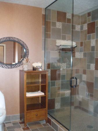 Inn at Desert Wind Winery: Large tile shower