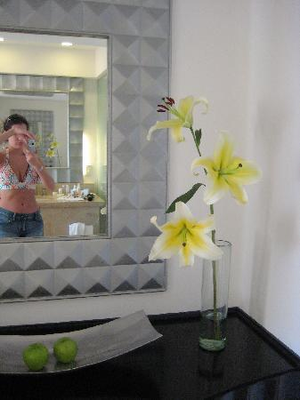 Le Blanc Spa Resort: Gorgeous fresh flowers delivered to our room.