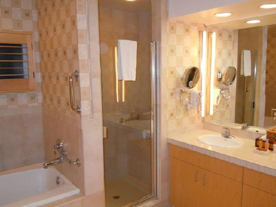 Welk Resort San Diego: Spacious bathroom
