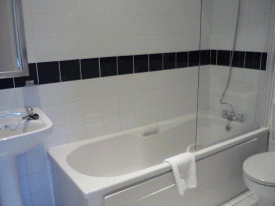 Kelly's Hotel Dublin: バスルームも清潔