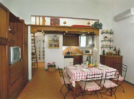 Florentia Apartments: spaziosa cucina con zona pranzo