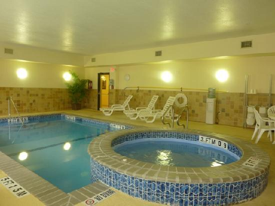 Quality Suites North IH 35: Indoor Pool