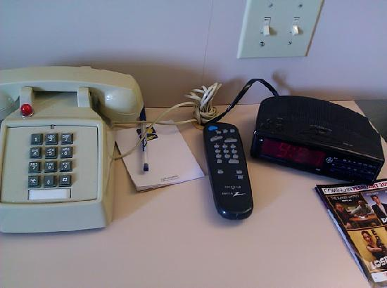 Microtel Inn & Suites by Wyndham Tifton: Nightstand with old phone