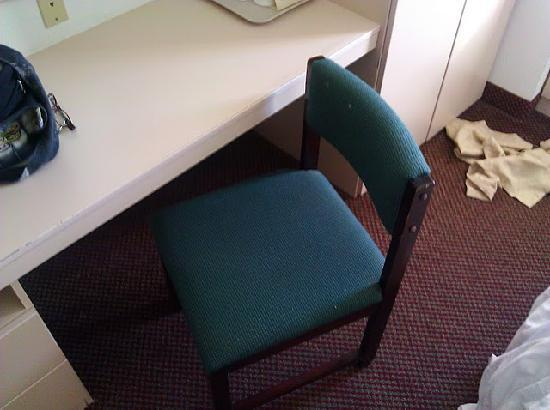 Microtel Inn & Suites by Wyndham Tifton: Beat up old chair