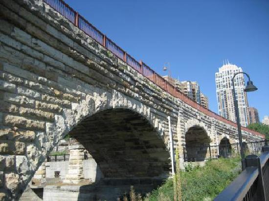 Stone Arch Bridge: Die Bögen der Brücke