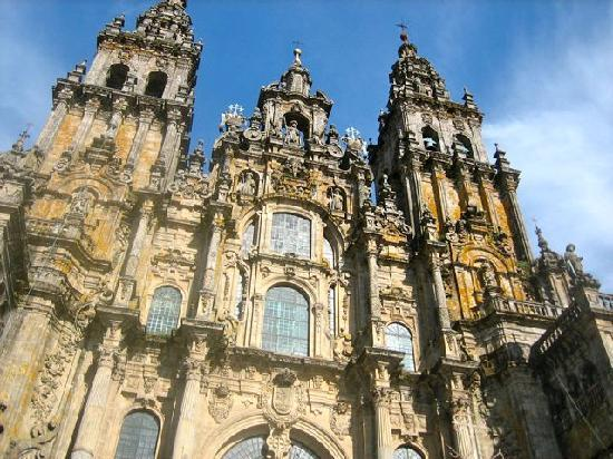 Santiago de Compostela, Spain: Santiago is near top of cathedral facade