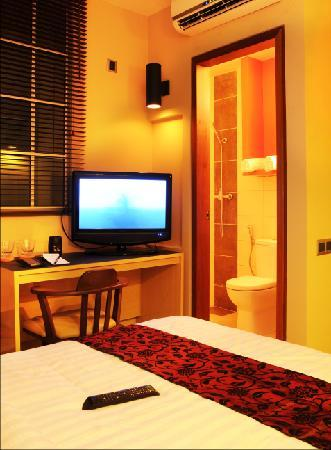 โรงแรมเดส: deluxe room flat screen tv and toilet