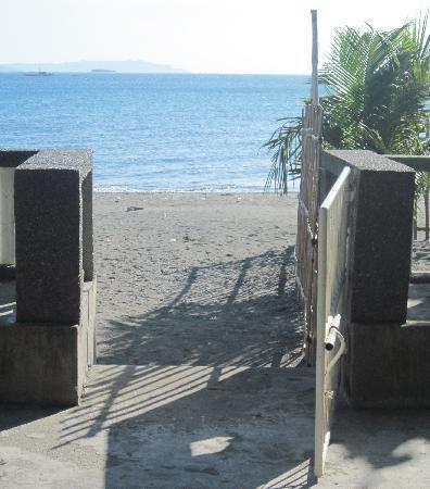 Sikatuna Beach Hotel: BEACH ACCESS