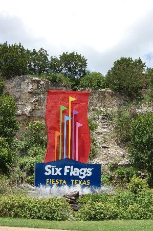 Six Flags Fiesta Texas : Entrance