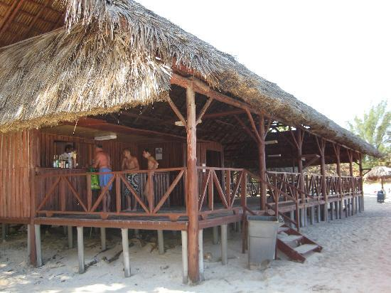 Islazul Mar del Sur Aparthotel: Beach Bar and tables