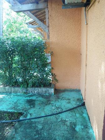 Bourail, Yeni Kaledonya: petite terrasse en piètre état