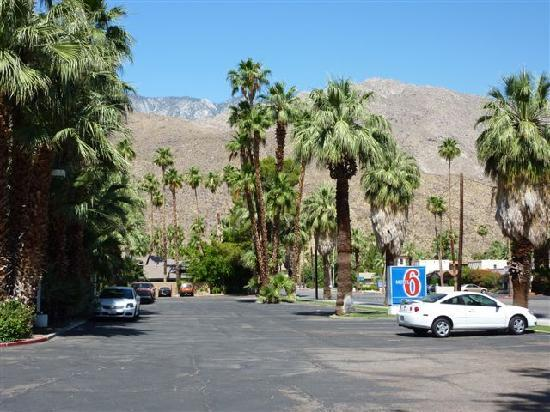 Motel 6 Palm Springs East: devant le motel parking coté avenue