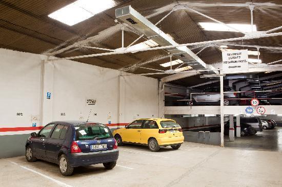 Hotel Torres Manlleu: Parking