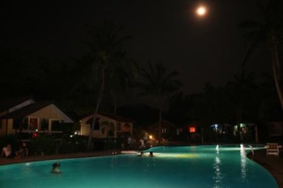 Holiday Beach Resort: Night pool