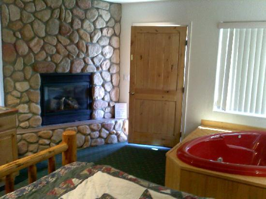 Creekside Preserve Lodge and Guest Cabins : nice fireplace