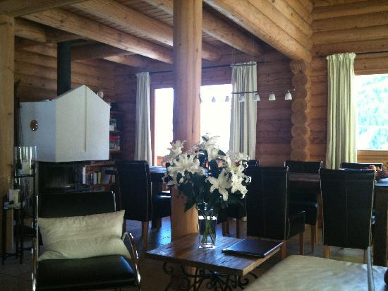 Alpine Comfort: chalet's dining area