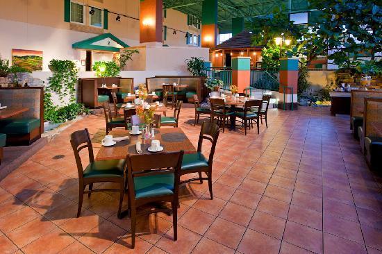 Crowne Plaza Hotel Cincinnati Blue Ash: Towne Square Atruim Restaurant