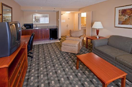 Crowne Plaza Hotel Cincinnati Blue Ash: Two Room Suite  - Parlor Room