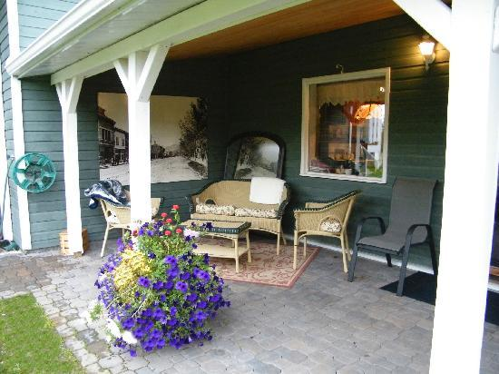 Buckhorn Bed and Breakfast: Covered Deck