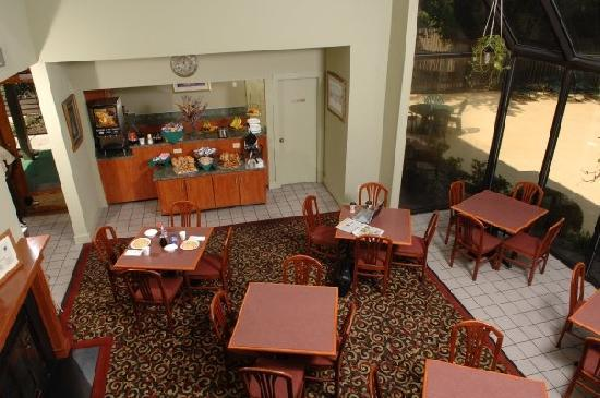 Huntsville Hotel & Suites - Huntsville: Continental Breakfast in our Lobby