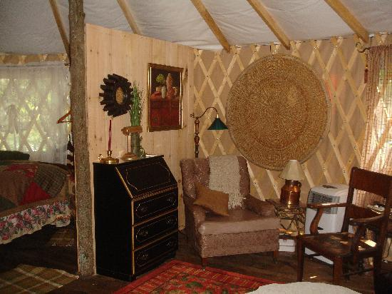 Kingtown Beach Lakeside Cottages and Yurts: Yurt 1 Interior