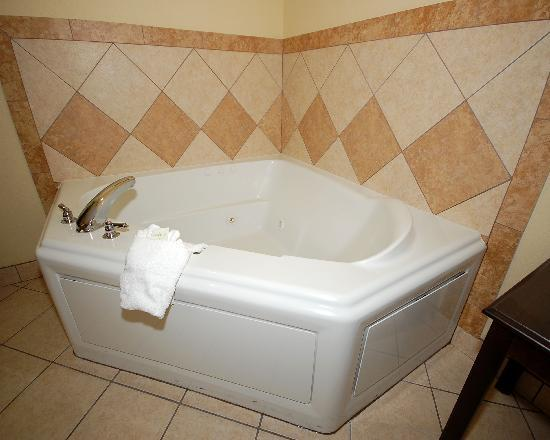 Comfort Suites Eugene: Tub in Jacuzzi Suite