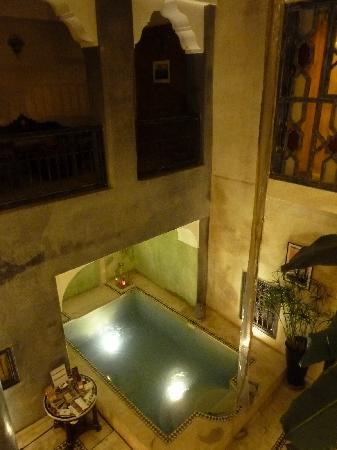 Riad Alamir: patio con la piscina