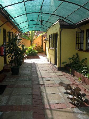 Godial's Bed & Breakfast: Godials Courtyard