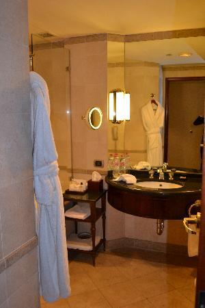 Grand Nile Tower: Bathroom supplied with 2 robes