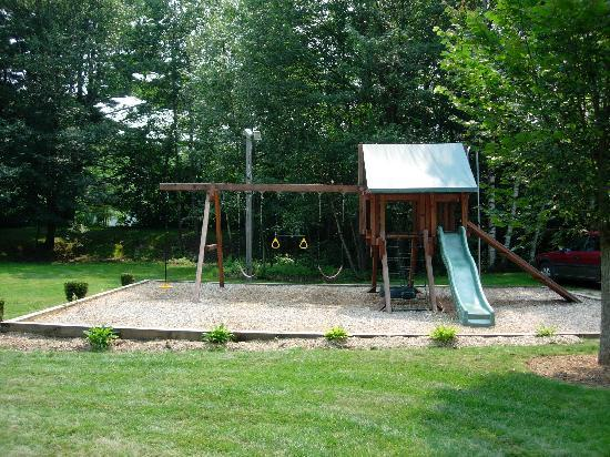 Pride Motel & Cottages: Swing Set
