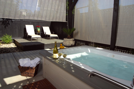 Honor Mansion, A Wine Country Resort: private patio with spa tub