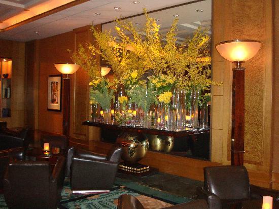 Sofitel New York: Beautiful flowers in the lobby