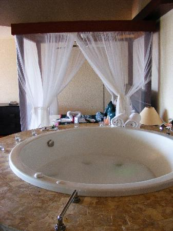 Jade Mountain Resort: Jacuzzi bath and bed in room