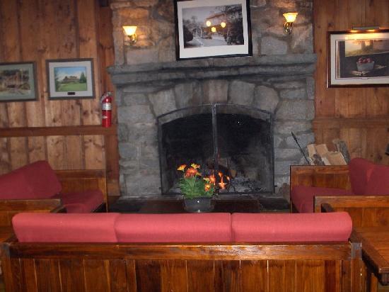 High Hampton Inn & Country Club : Fireplace in Dining Room