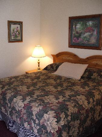 The Landmark Inn: Comfortable king size beds.