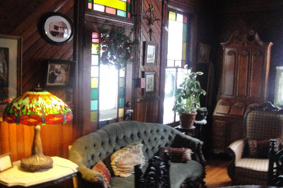 Washington Irving Inn: Library