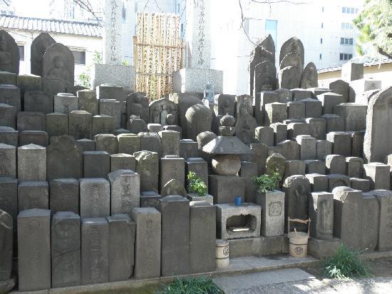 Zenkoji Temple: 墓標?