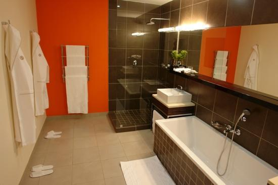 Thaba Eco Hotel: Huge Bathroom. The heated towel rails and underfloor heating was great