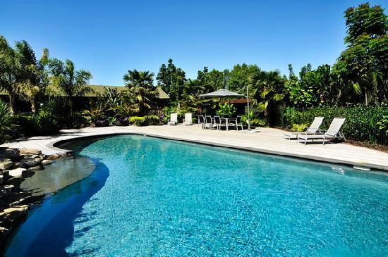 Peninsula Waterfront Retreat: Swimming Pool