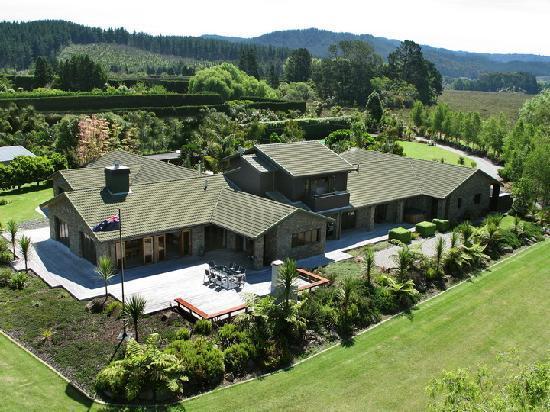 Peninsula Waterfront Retreat: Luxury Accommodation