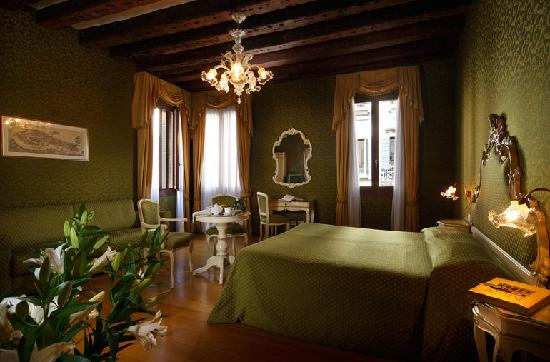 Palazzo Guardi: junior suite canal view