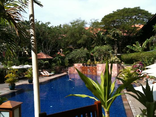 Victoria Angkor Resort & Spa: The pool from outdoor dining area