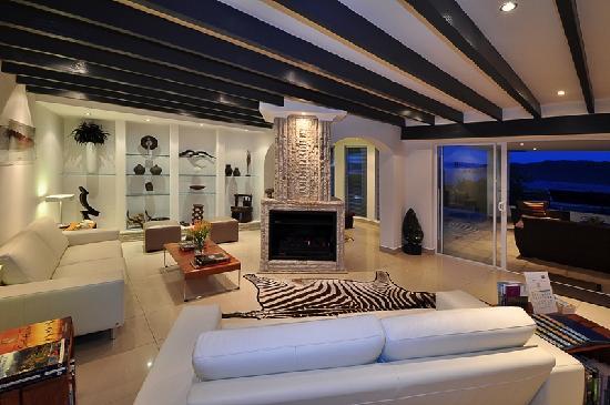 Villa Afrikana Guest Suites: Main Lounge