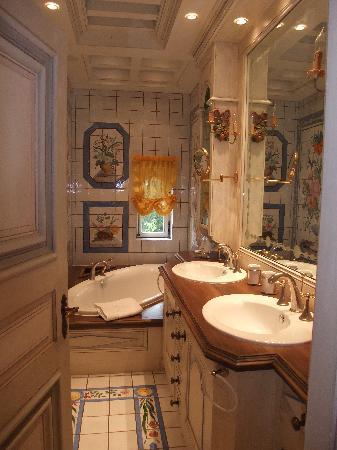 Chateau de Bissieux: salle de bain chambre comtesse