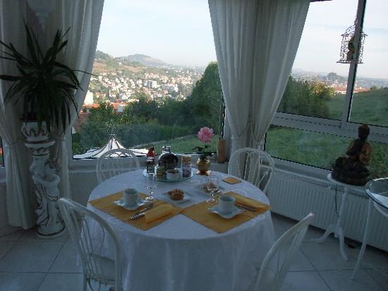 Les jardins de Champfleury : Table petit déjeuner dans véranda