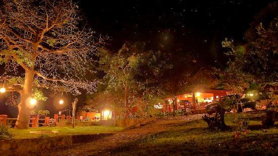 Hotelito Rincón de la Ceiba: Night time view of the property.