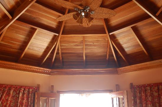 The SPA Retreat Boutique Hotel: Beautiful mahogany ceilings in all rooms